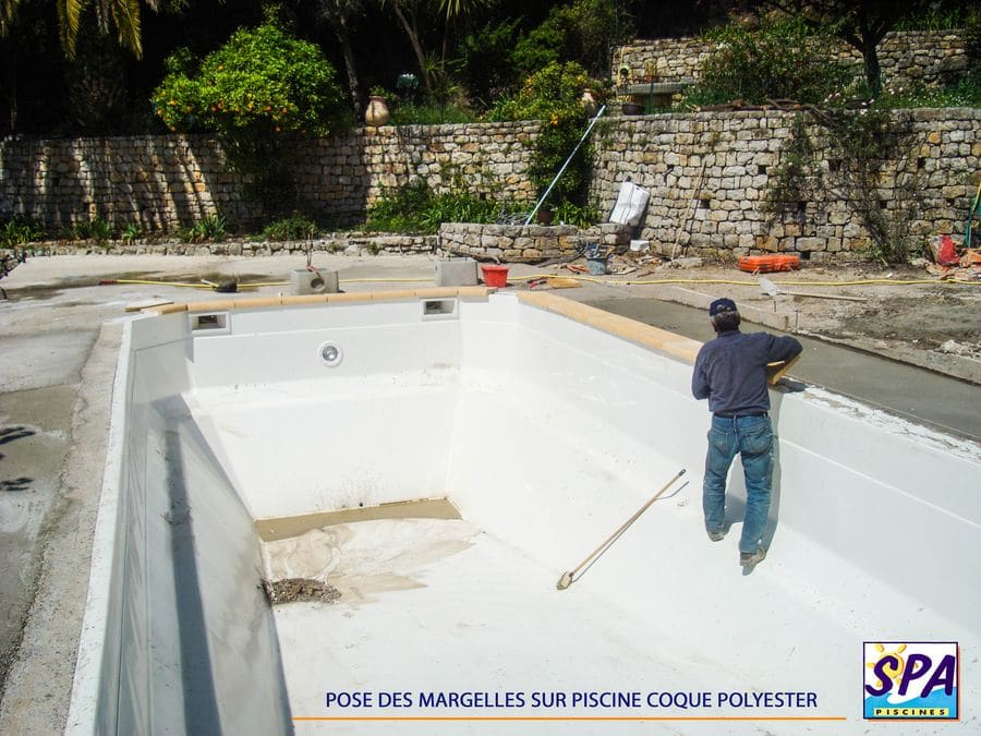 Installation d 39 une piscine coque polyester en 15 tapes for Pose de margelle piscine