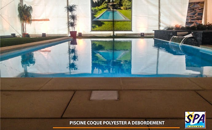La piscine d bordement arrive dans le monde de la for Piscine coque debordement