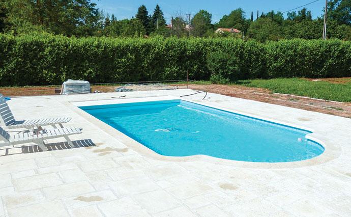 Les diff rents mod les de piscine coque polyester par spa for Taille coque piscine