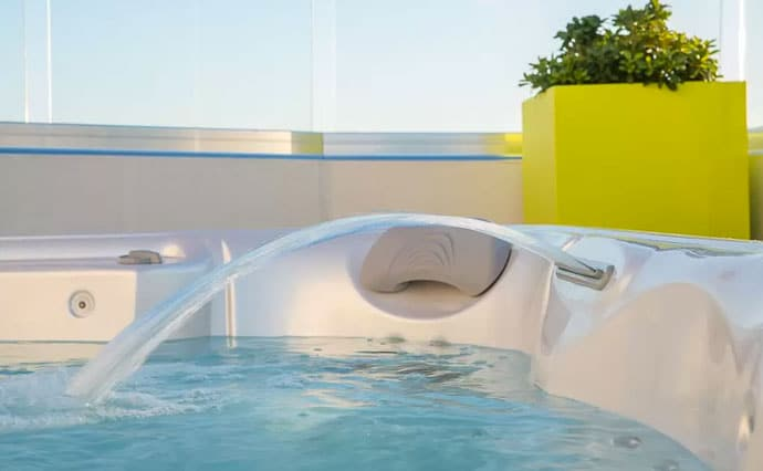 Spa piscines piscine coque polyester for Coque jacuzzi polyester