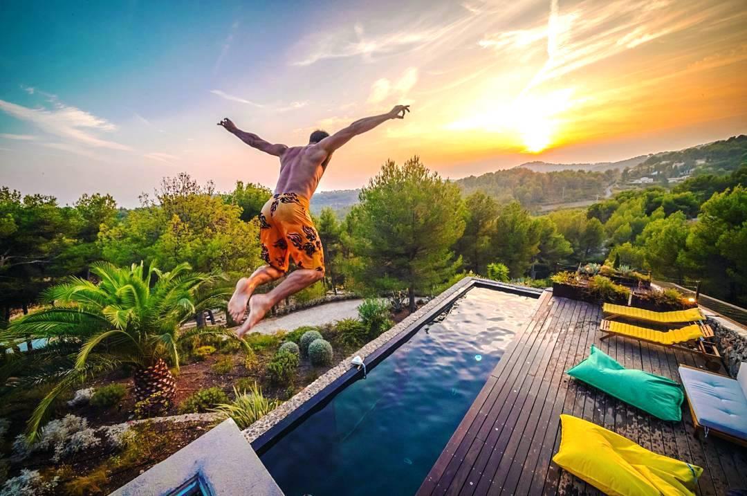 Villa insolite dans le var avec une piscine aquarium for Aquarium insolite